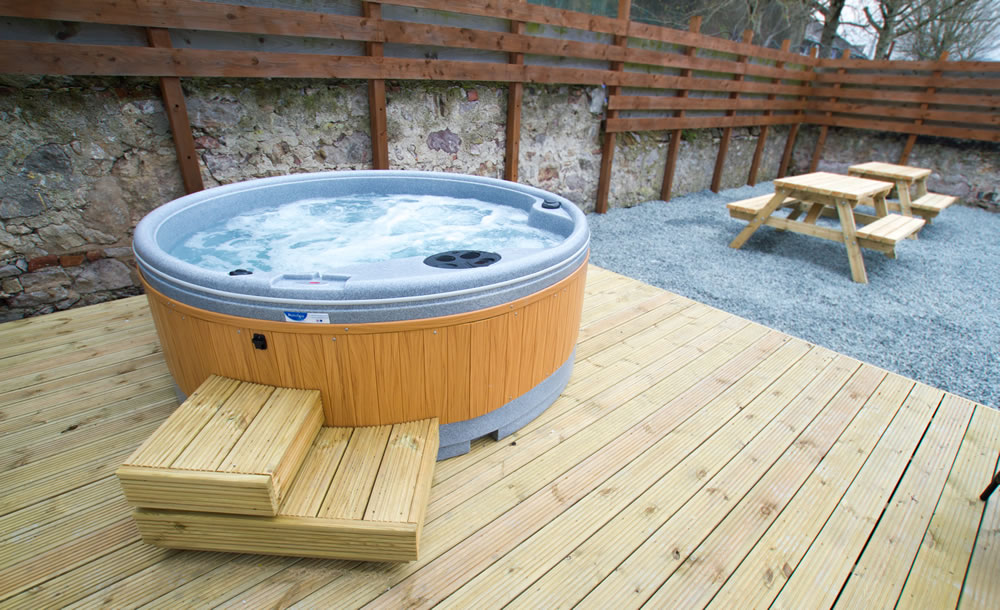 garden with hob tub